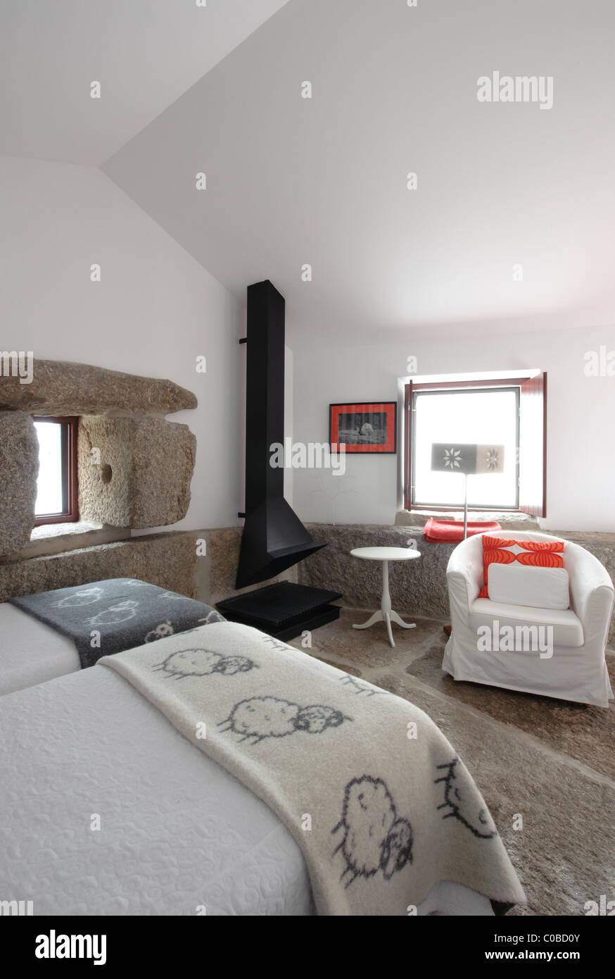 Rustikale Schlafzimmer Mit Kamin Und Stein Boden