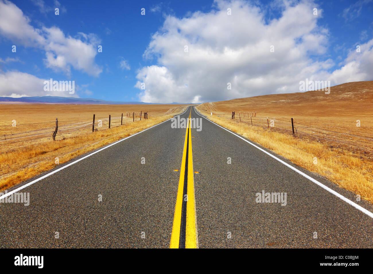 Wunderschöne American Road an der kalifornischen steppe Stockbild