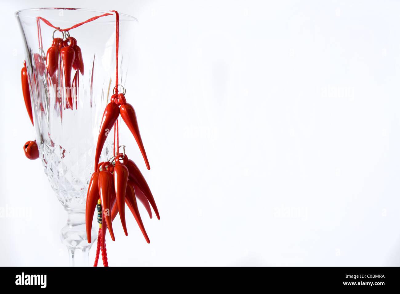 rote Glücksbringer auf elegante Glas Stockbild