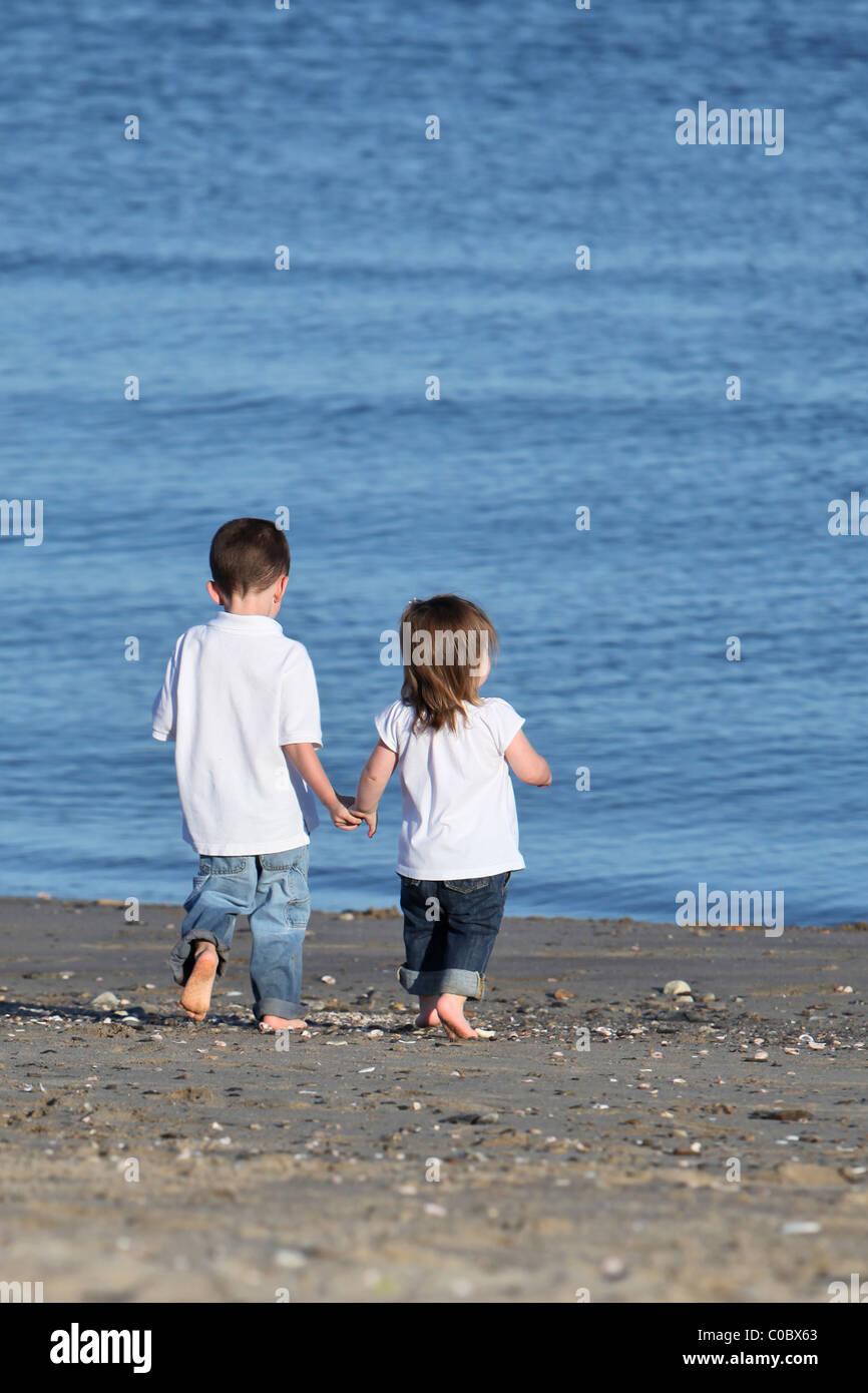Bruder und schwester hand in hand