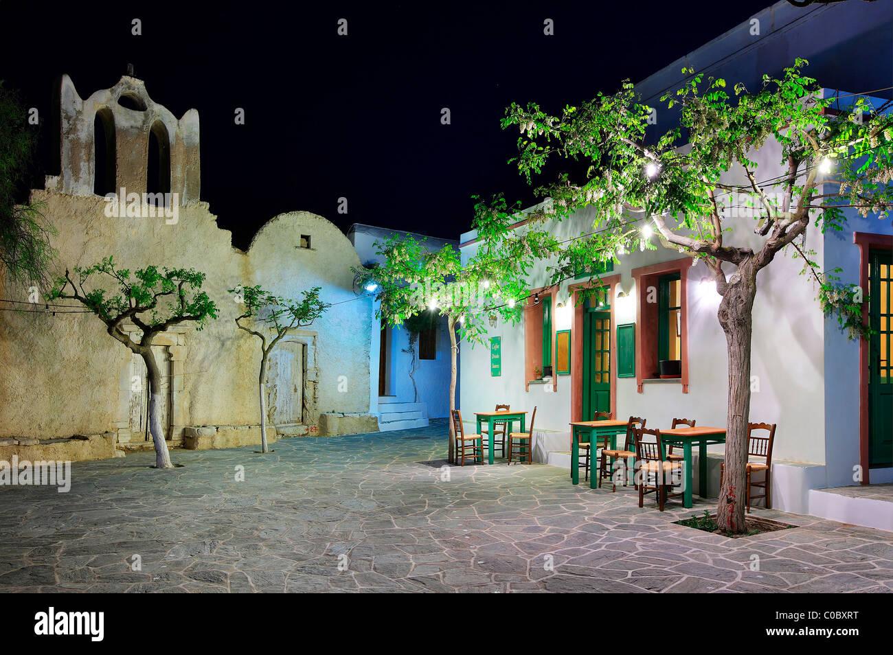 Nachtansicht von einem der vielen kleinen Quadraten in Hora Folegandros, Kykladen, Griechenland Stockbild