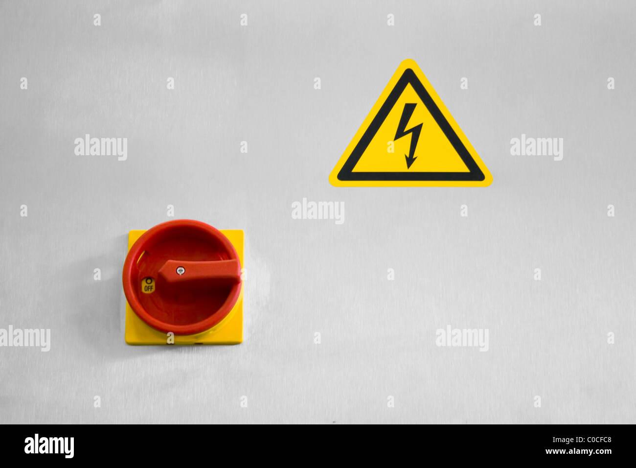 Hauptschalter und ein Zeichen von gefährlicher elektrischer Spannung ...