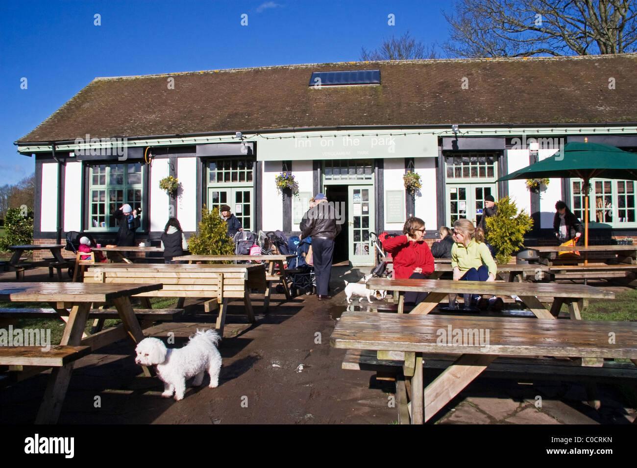 Hellen Wochentag Wintermorgen im Inn auf der Park ein beliebtes Café in Verulamium Park, St Albans, Hertfordshire, Stockfoto