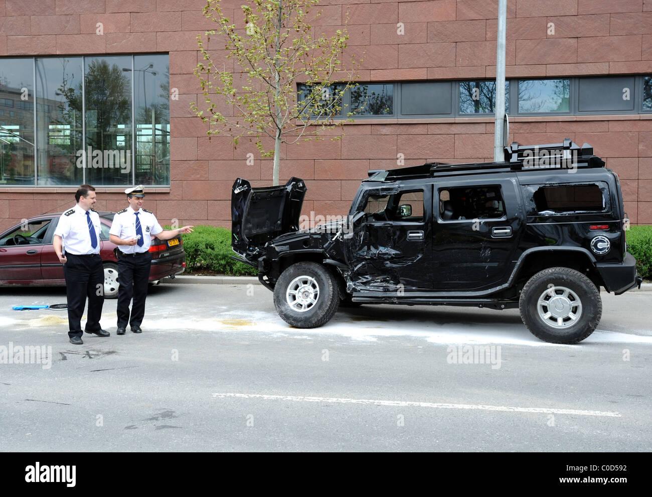 Ein Autounfall mit ein Taxi, einen Bus und ein Hummer ist ... | hummer bus