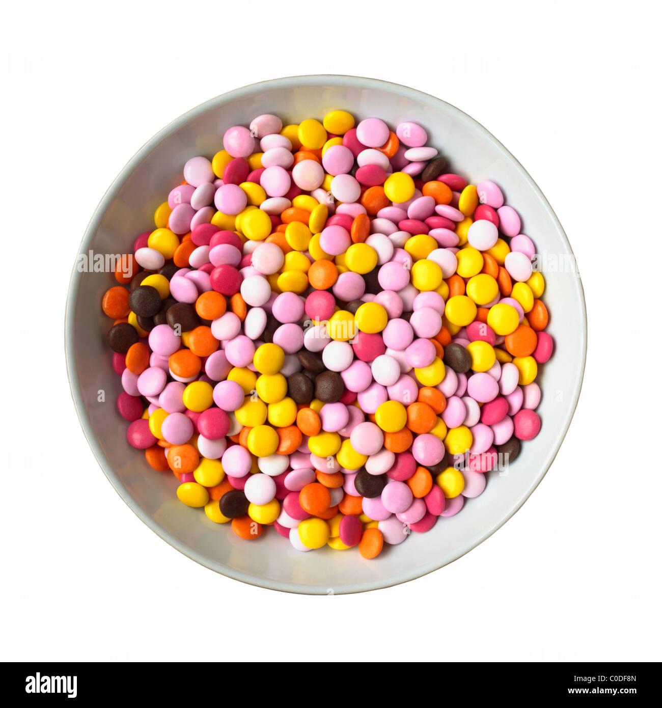 Eine Schale mit Süßigkeiten beschichtet Pralinen auf weißem Hintergrund Stockbild