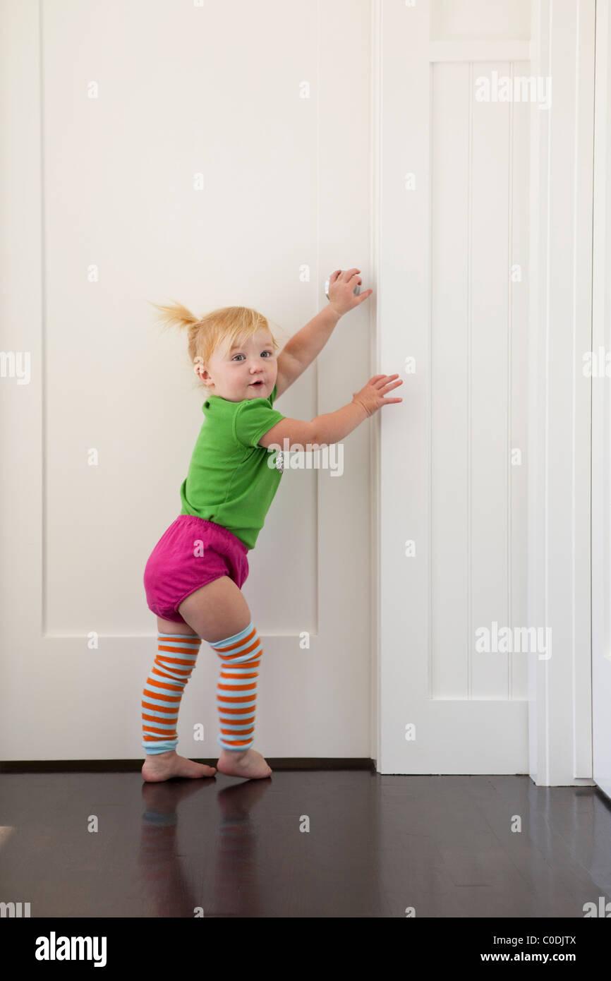 Kleines Mädchen, die versuchen, in verschlossenen Tür Stockbild