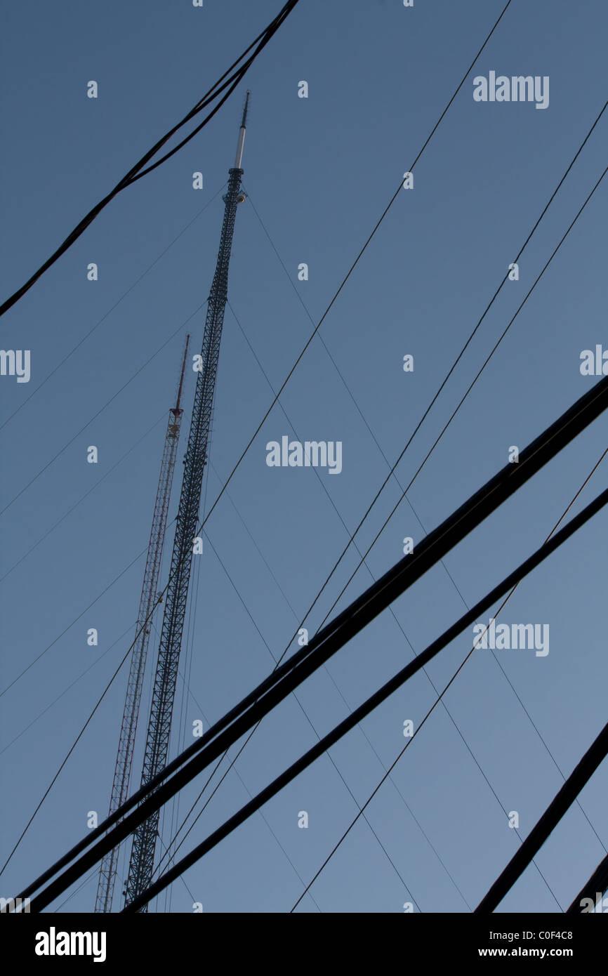 Radio-Antennen mit Stromleitungen Stockbild