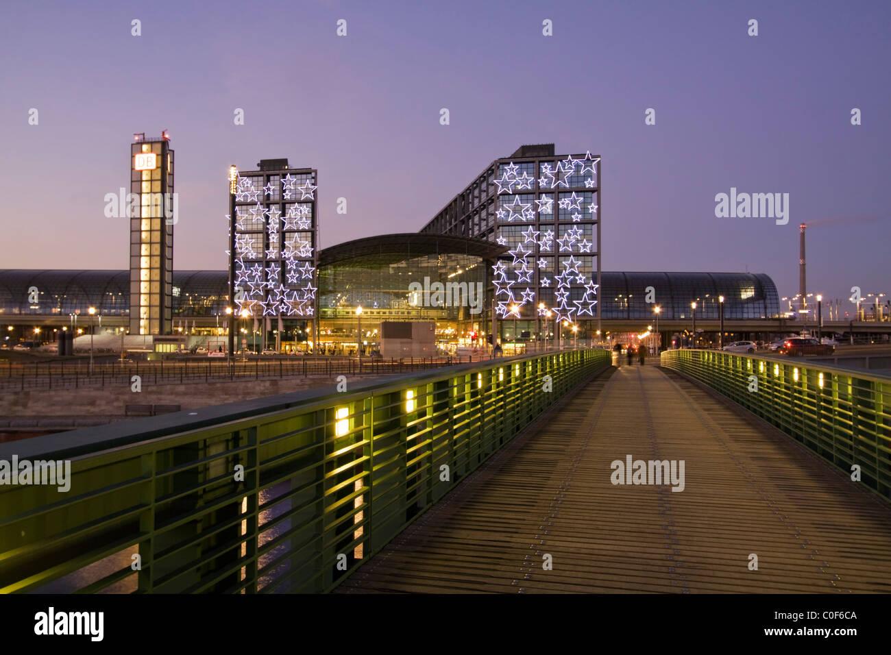 Foobridge über Fluss Spree zum neuen Hauptbahnhof, Lehrter Bahnhof, Chistmas Illumination, Berlin, Deutschland Stockbild