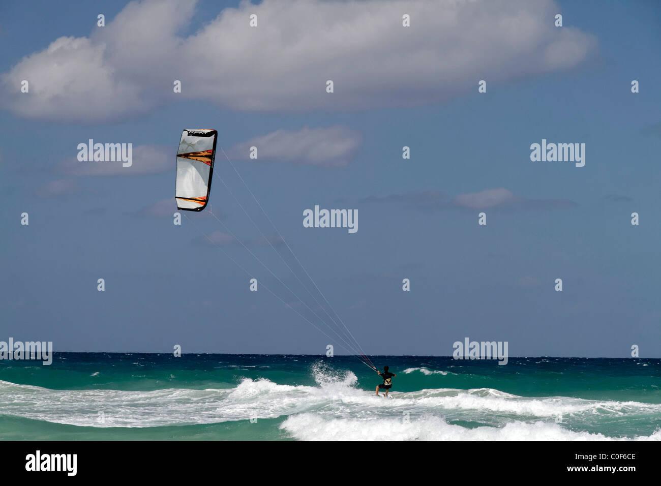 Kitesurfer am Playa del Este, Santa Maria Del Mar, in der Nähe von Havanna Kuba Stockfoto