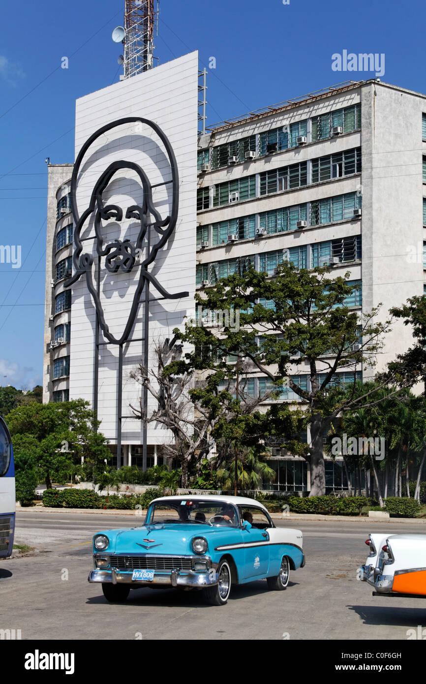 Placa De La Revolucion Jose Mart, Square, Oldtimer-Taxi, Che Guevara, Havanna, Kuba, KaribikStockfoto