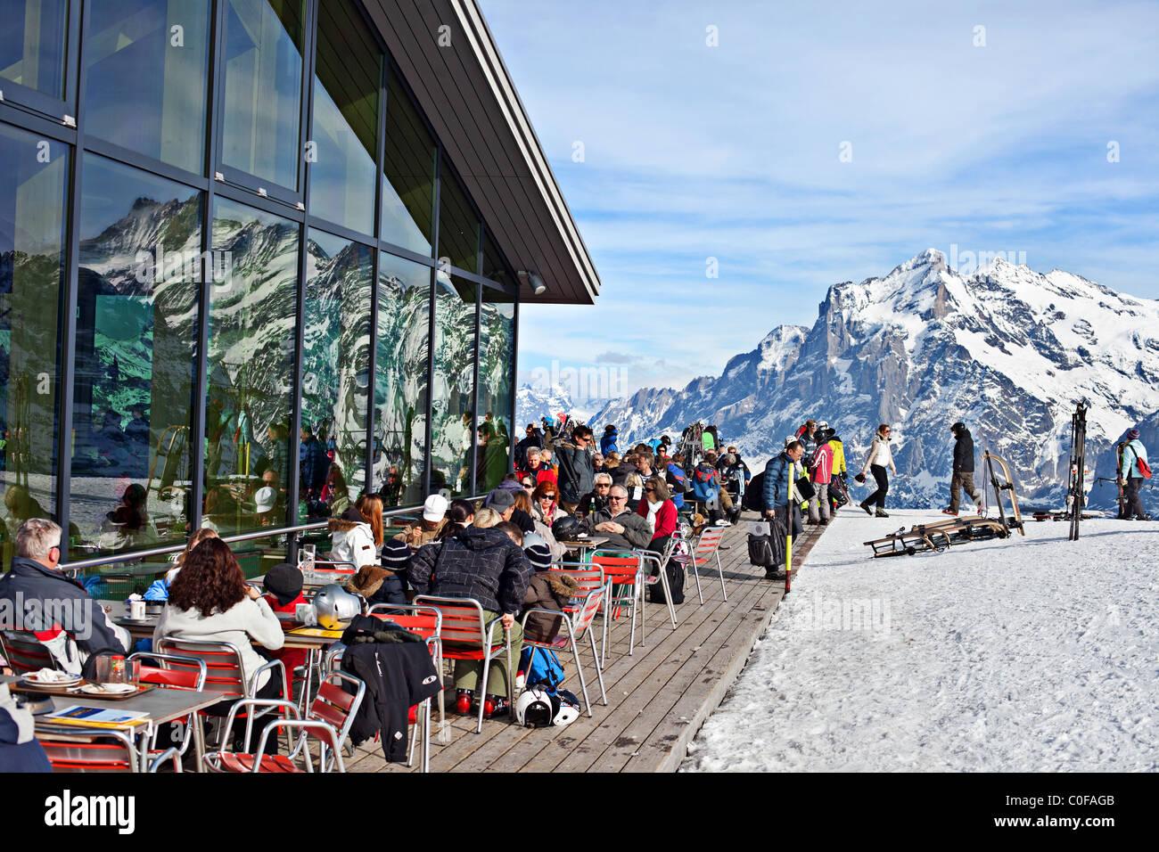 Restaurant für Skifahrer auf der Oberseite männlichen, Grindelwald, Berner Oberland, Schweiz Stockbild