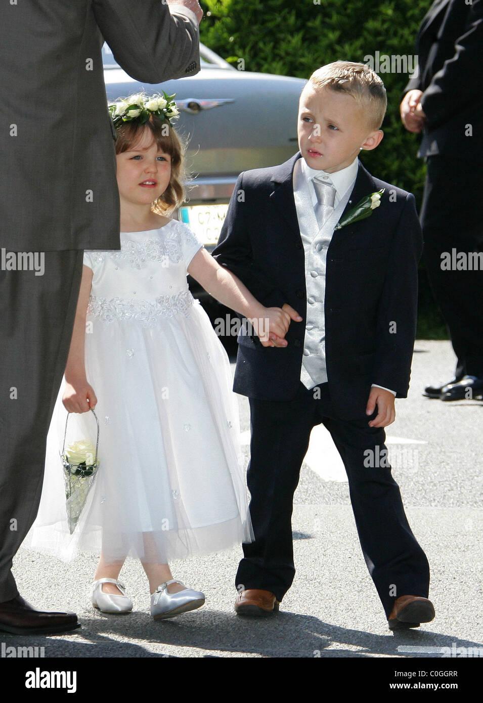 Blumenmadchen Und Seite Junge Hochzeit Von Robbie Keane Und Claudine