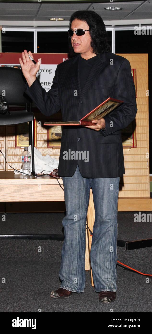 sports shoes a9cef d4653 Gene Simmons unterschreibt Exemplare seines neuen Buches ...