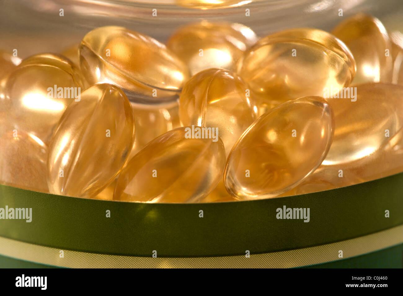 Nahaufnahme von flüssigen Vitaminkapseln Stockbild