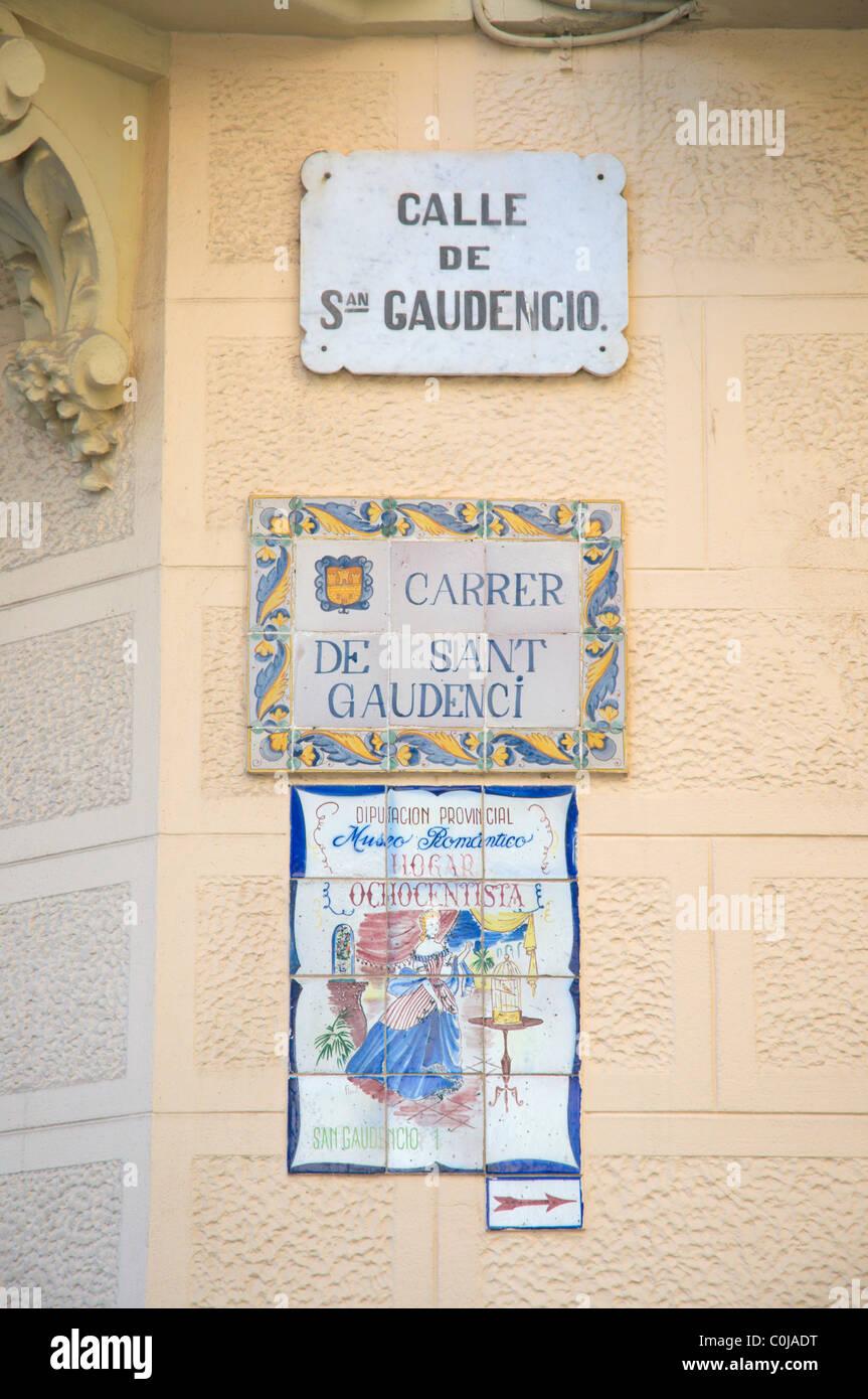 Straßenschilder in Katalanisch und Spanisch Sprachen Sitges Catalunya Spanien Europa Stockbild