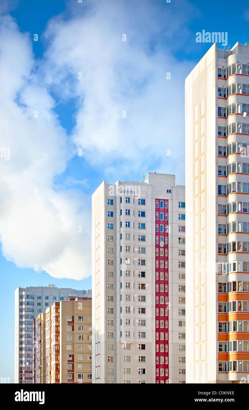 Neue Wohnblocks auf Himmelshintergrund. Stockbild