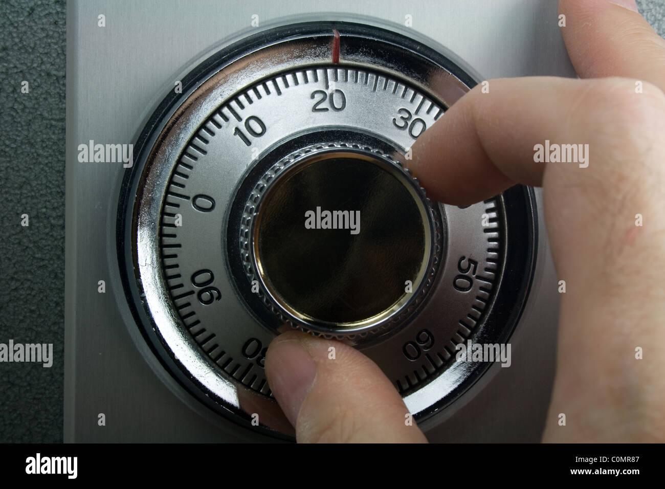 Hand drehen Zahlenschloss gesichert Stockbild