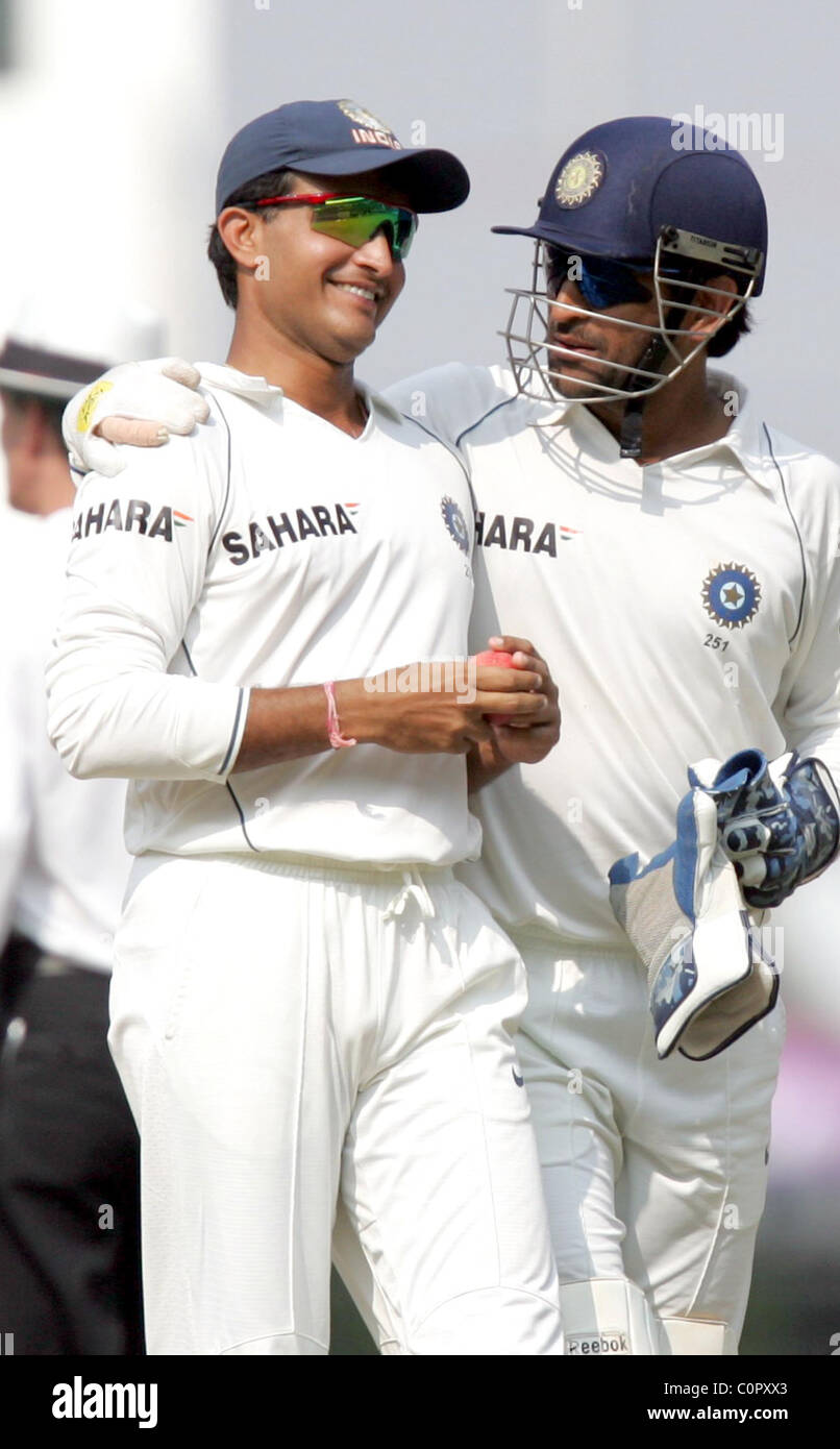 Sourav Ganguly und MS Dhoni Indien Niederlage Australien von 172 läuft der letzte Test in Nagpur zur Abdichtung Stockbild
