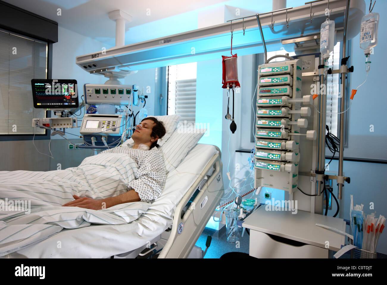 intensivstation in einem krankenhaus ein patient wird mit. Black Bedroom Furniture Sets. Home Design Ideas