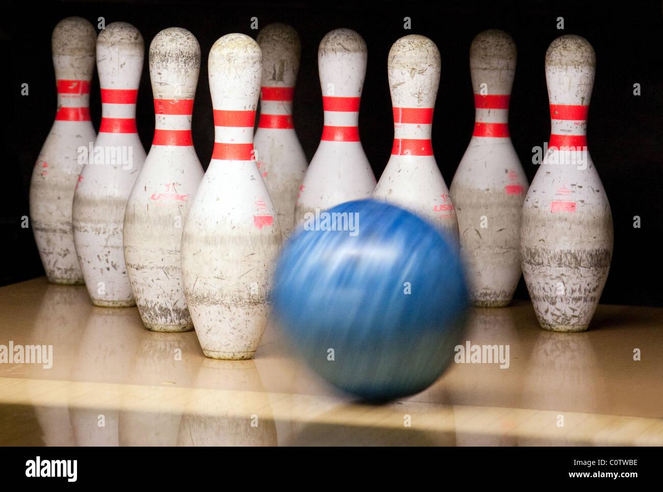Eine Bowling Kugel Kegeln in eine Ten Pin Bowling Bahn,