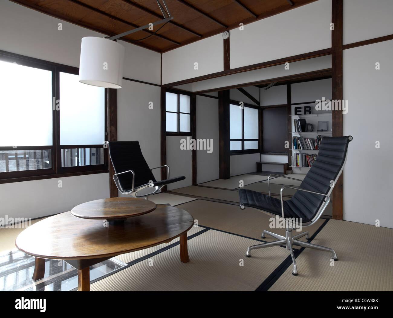 Zeitgenössische Tatami Zimmer In Einem Japanischen Wohnzimmer Mit C. Eames  Bürostühle Lounge