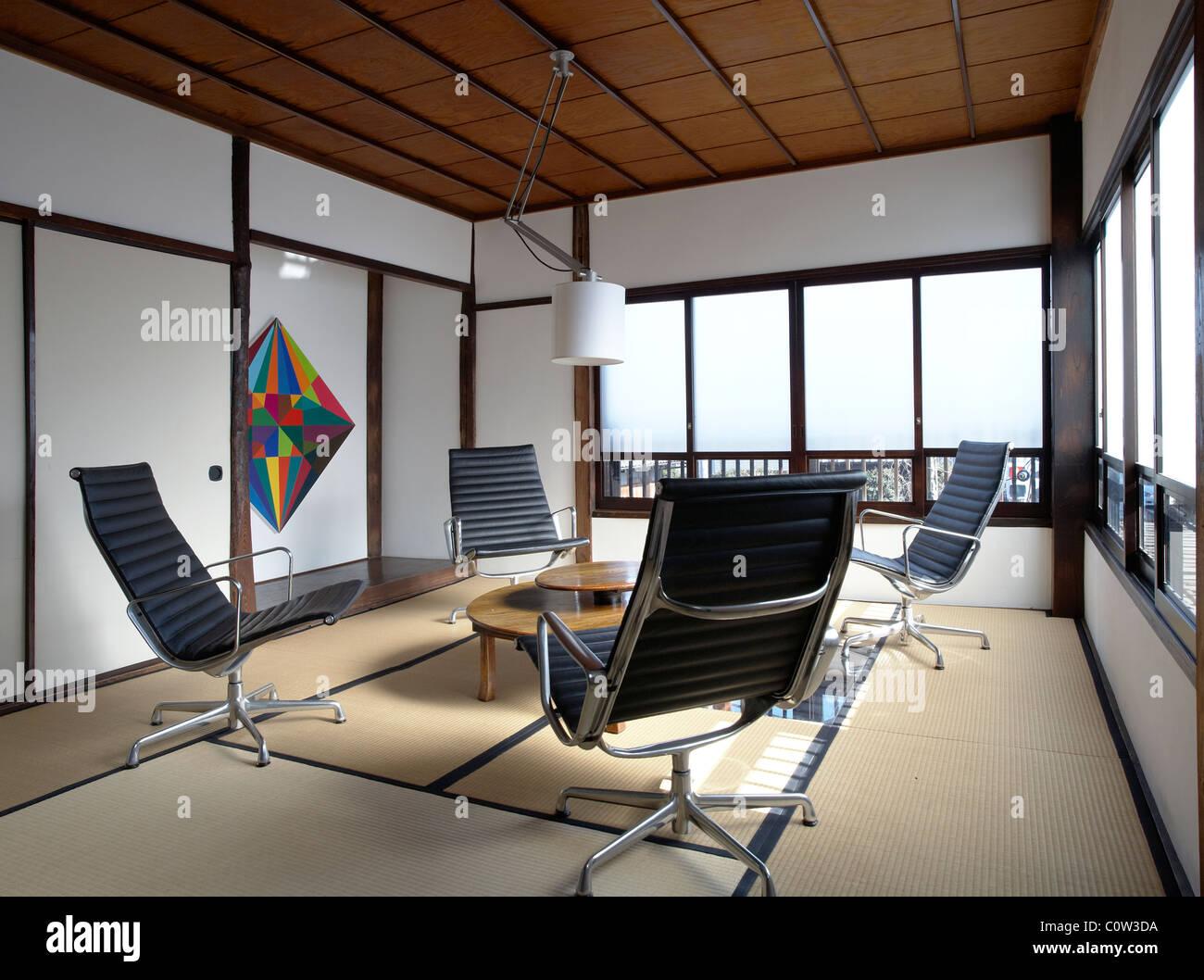 Lieblich Zeitgenössische Tatami Zimmer In Einem Japanischen Wohnzimmer Mit C. Eames  Office Lounge Sessel
