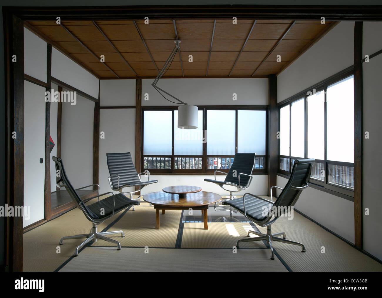Gut Zeitgenössische Tatami Zimmer In Einem Japanischen Wohnzimmer Mit C. Eames  Office Lounge Sessel Stockbild