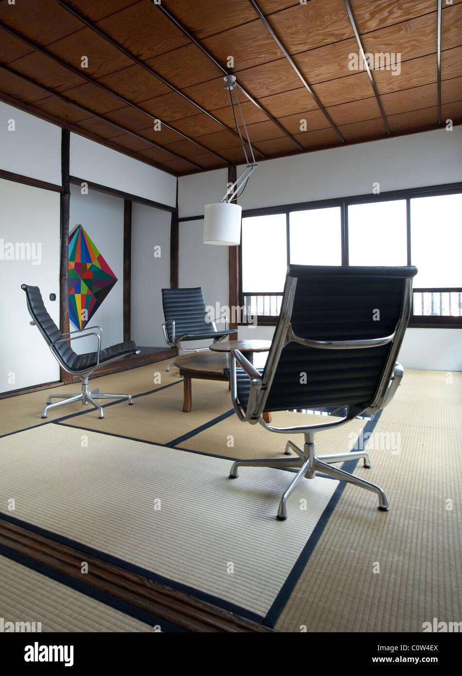 Zeitgenössische Tatami Zimmer In Einem Japanischen Wohnzimmer Mit C. Eames  Office Lounge Sessel