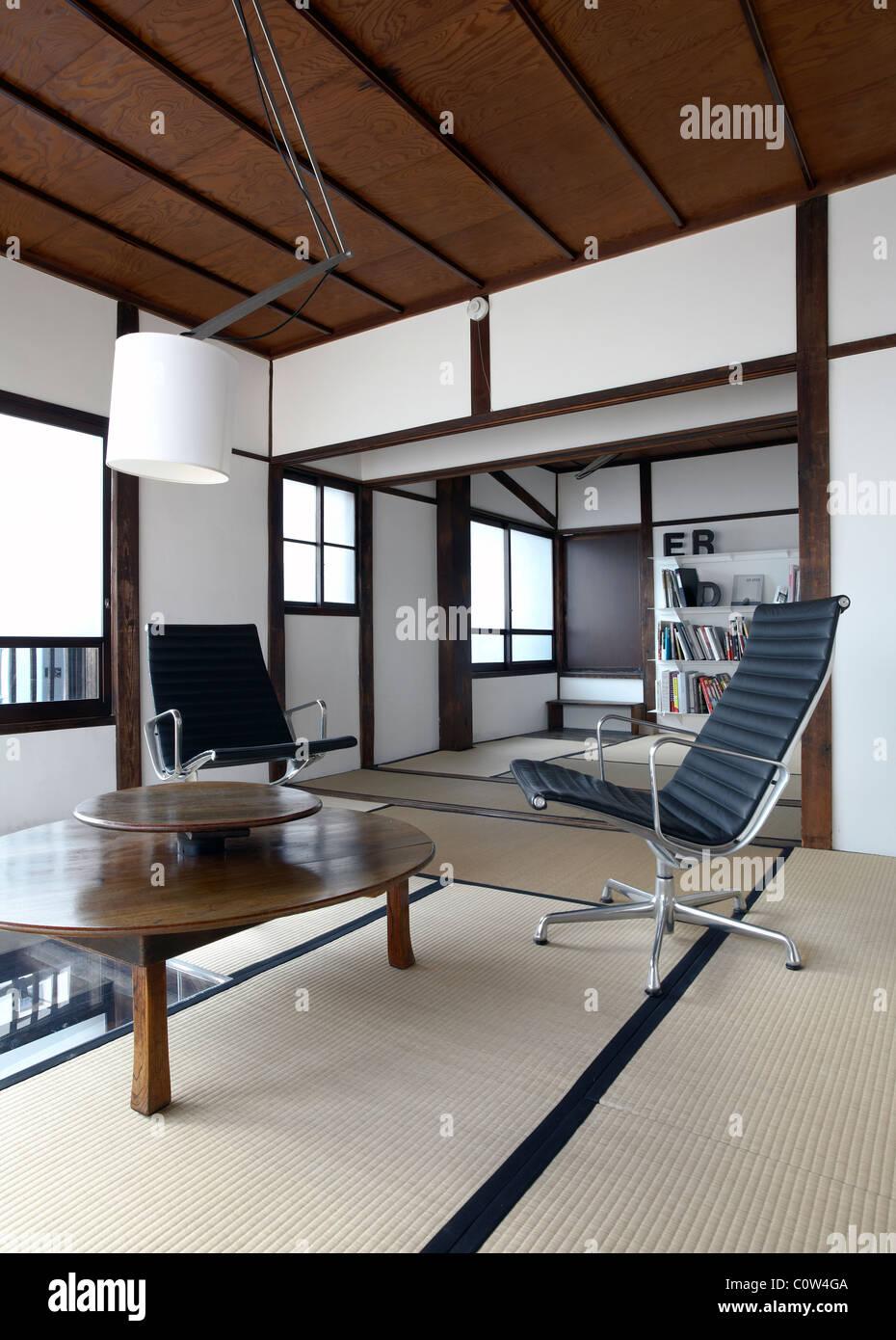 Zeitgenössische Tatami Zimmer In Einem Japanischen Wohnzimmer Mit C. Eames  Office Lounge Sessel Stockbild