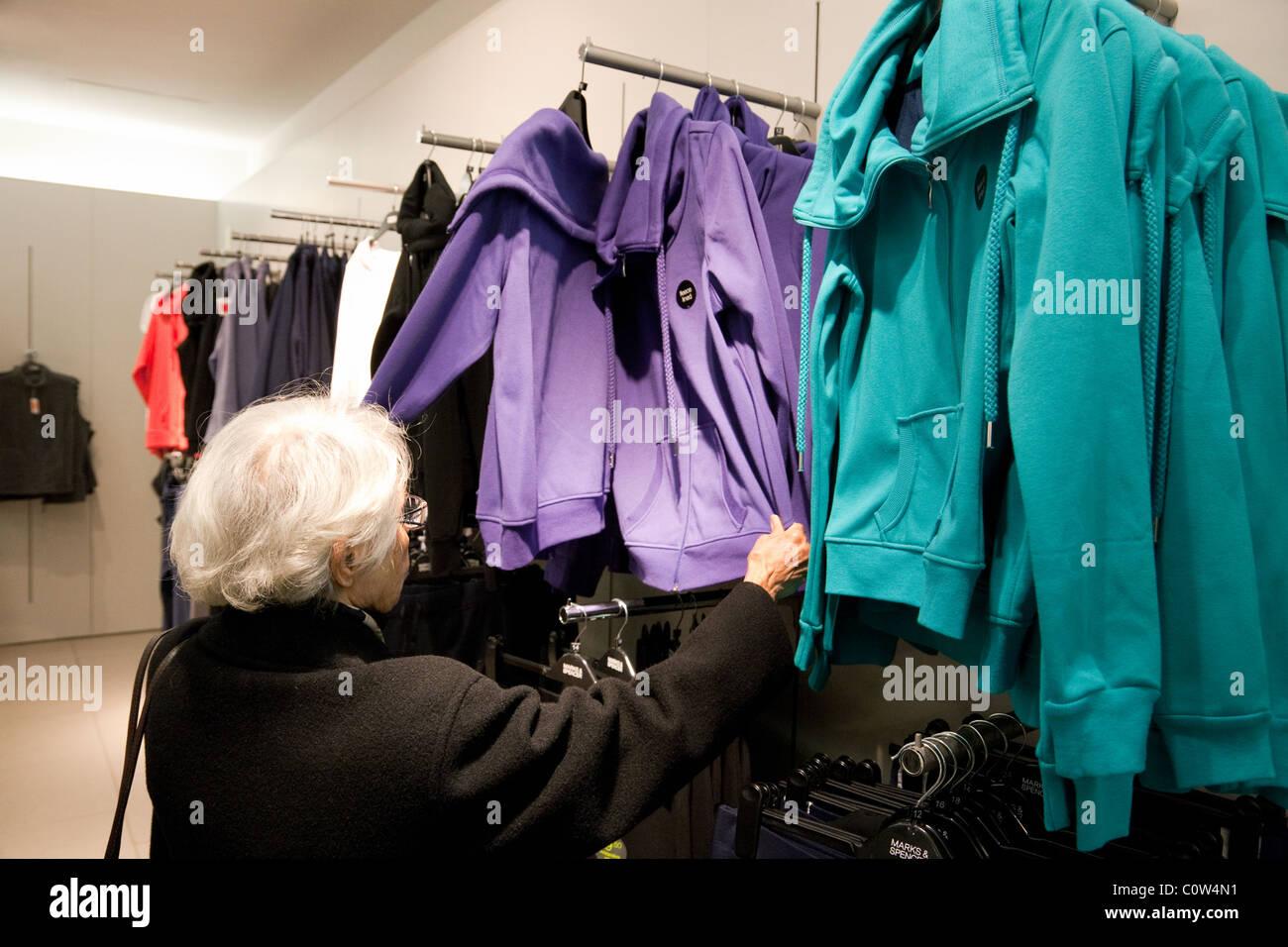 9adf2122a3 Eine Seniorin senior Lady shopping für Kleidung, speichern Marks and  Spencer, M & S