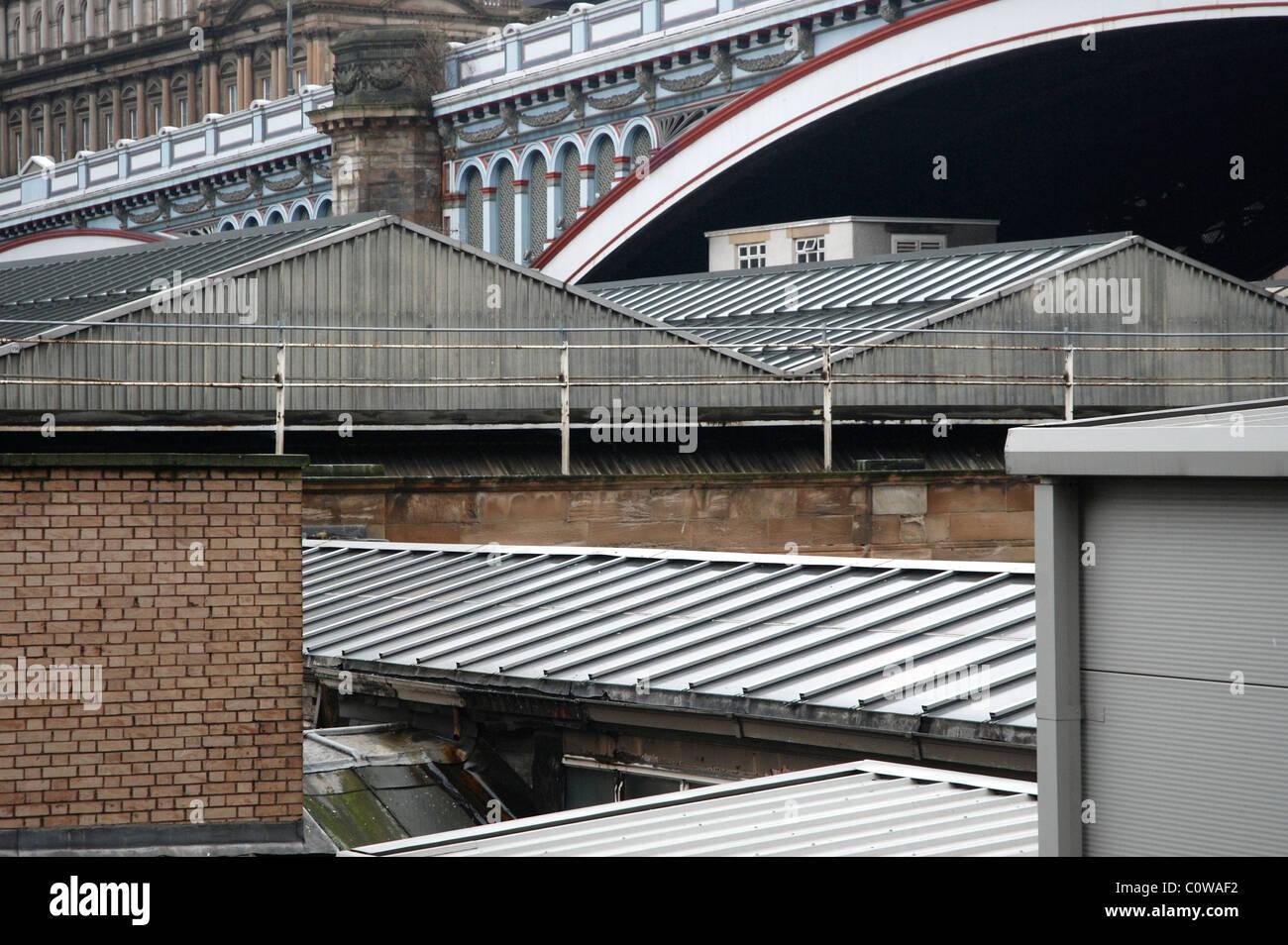 Das Dach der Waverley Station und die Bögen der North Bridge in Edinburgh bilden eine Vielzahl von interessanten Stockbild