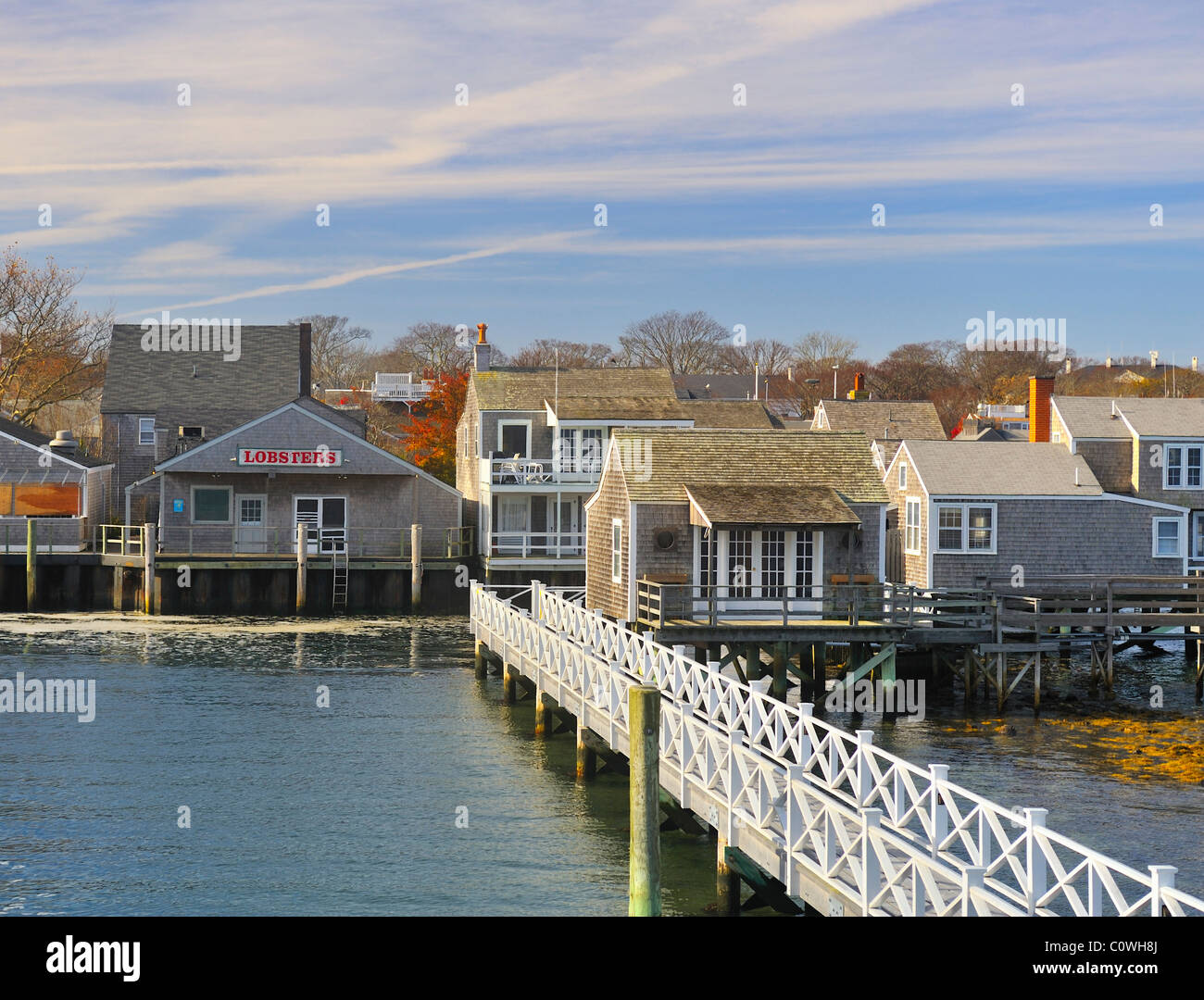 Weitwinkel-Blick auf die Insel von der Fähre, die Ankunft im Hafen von Nantucket in den Herbst, Nantucket, Massachusetts, Stockfoto
