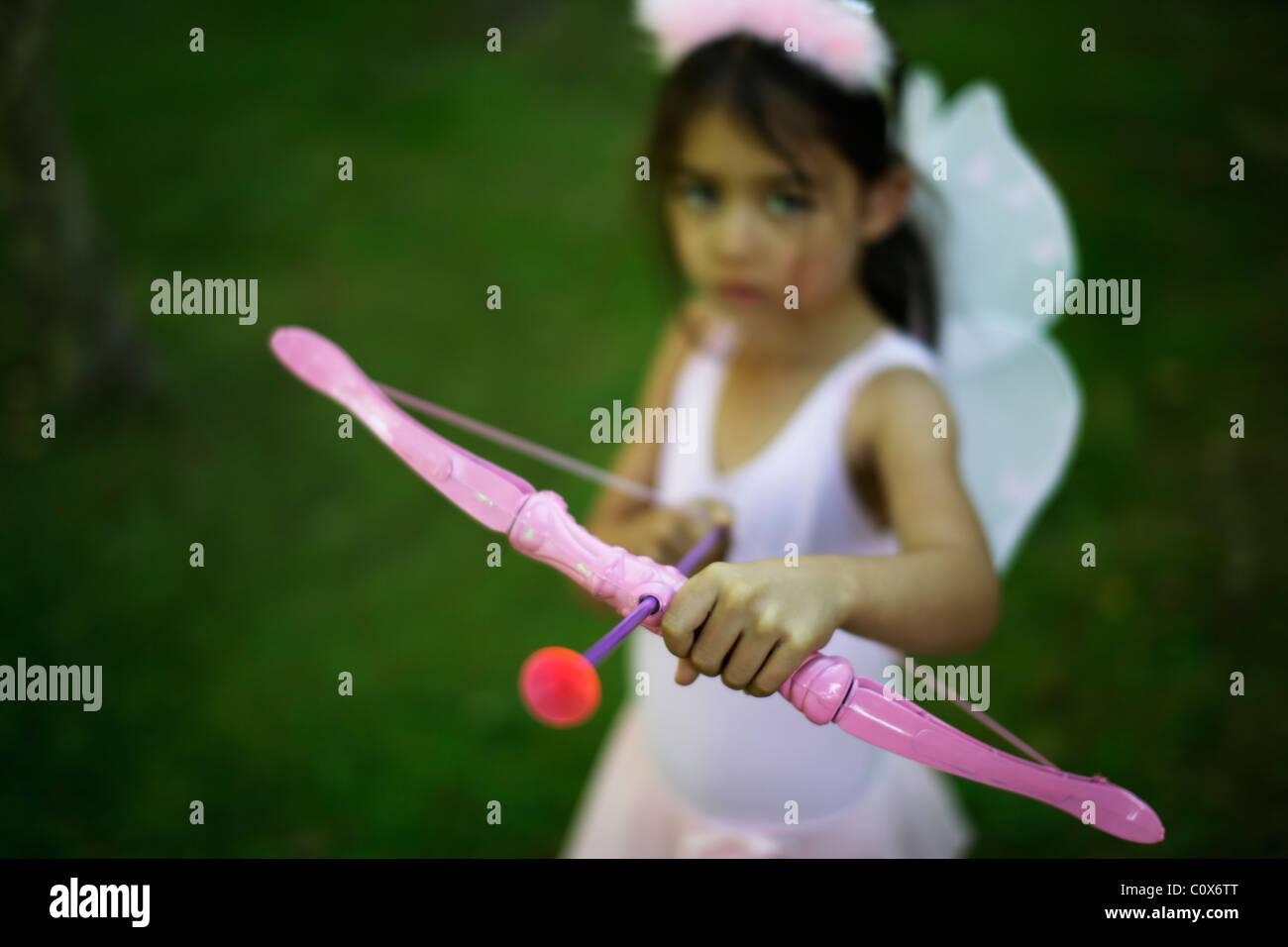 Fünf Jahre altes Mädchen im Märchen Kostüm mit rosa Pfeil und Bogen Stockbild