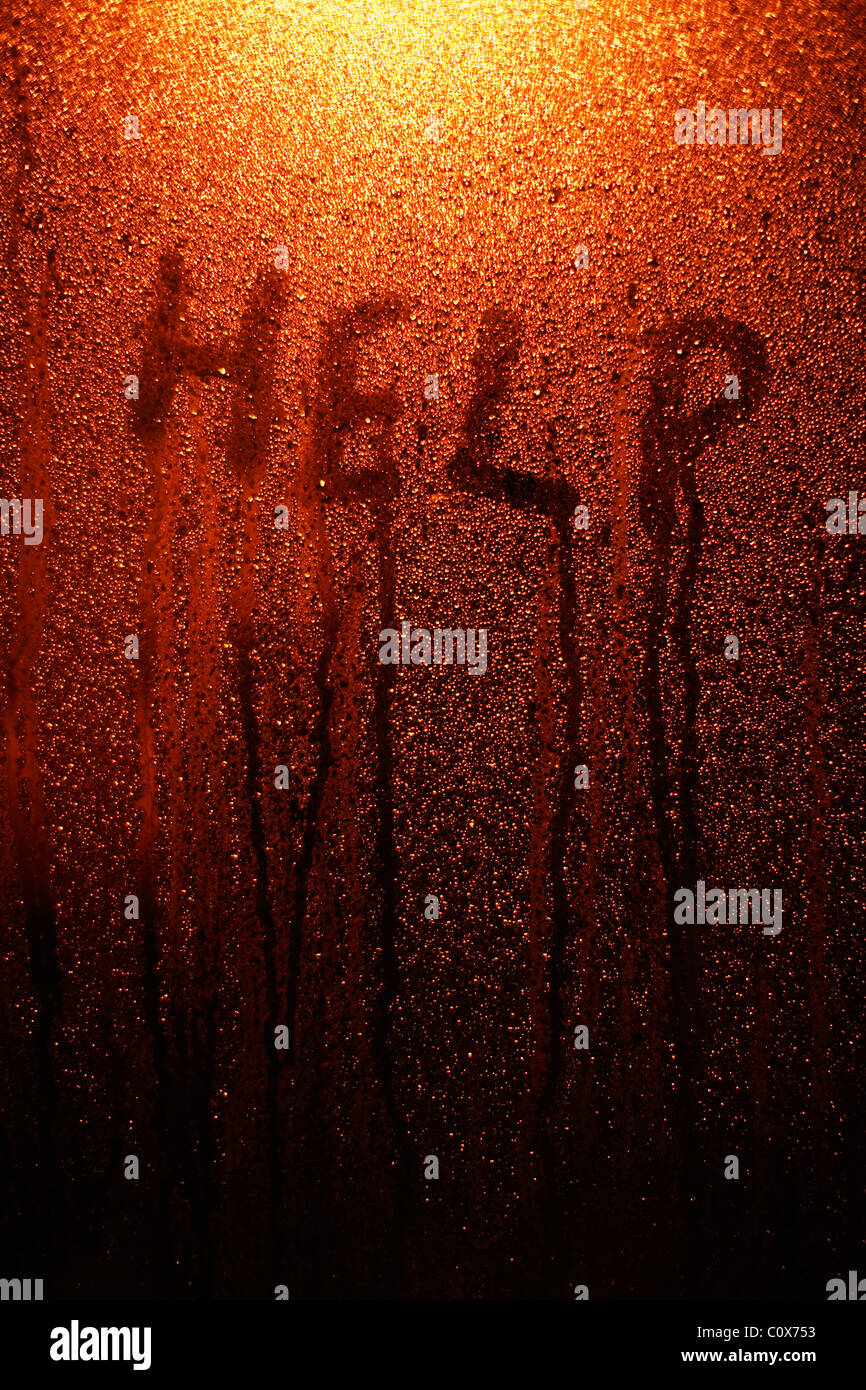 Hilfe - Finger-Tipp auf Fenster mit Kondenswasser zu schreiben. Stockbild