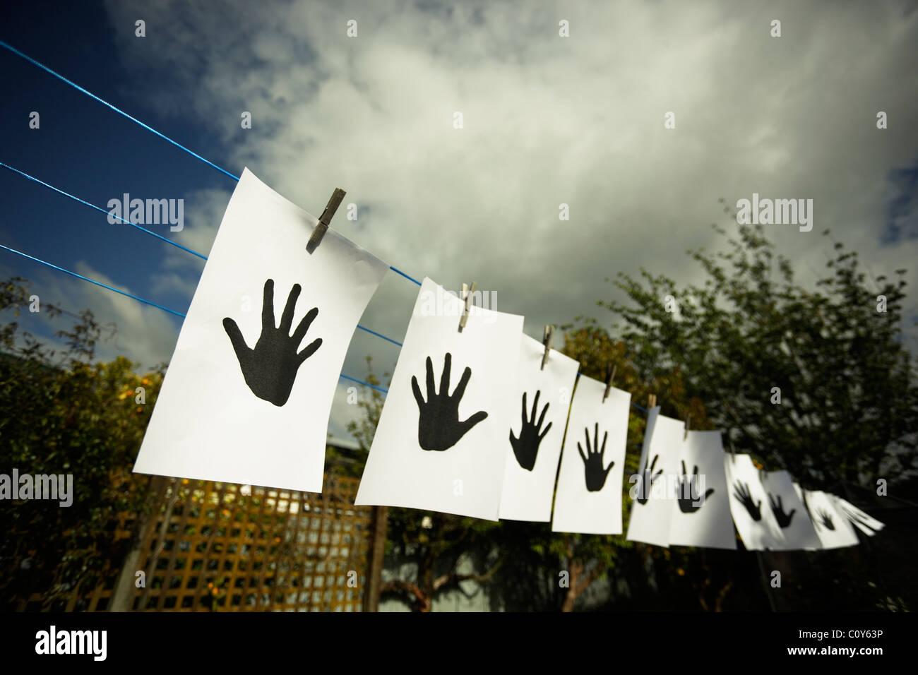 Hände auf die Wäscheleine. Stockbild
