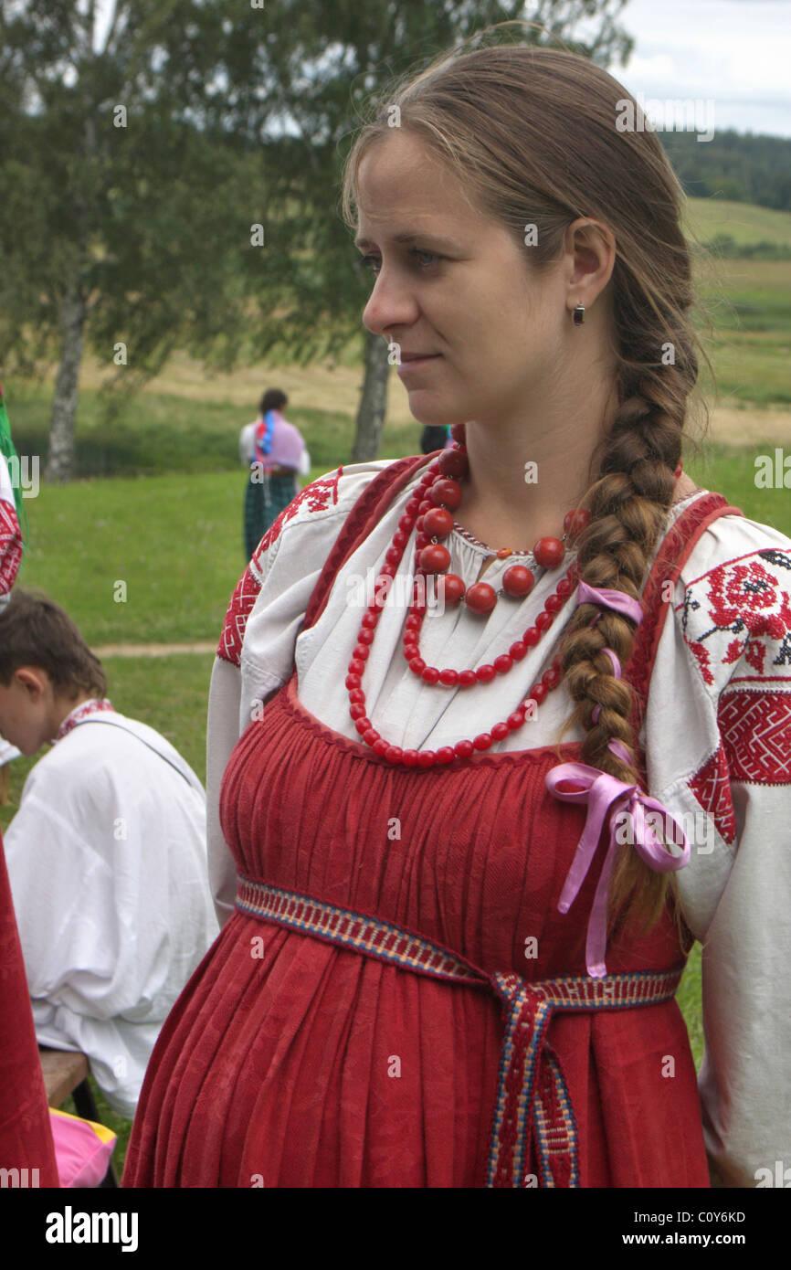 Frau In Einem Russischen Folk Kleid An Folklore Festival In Pskow