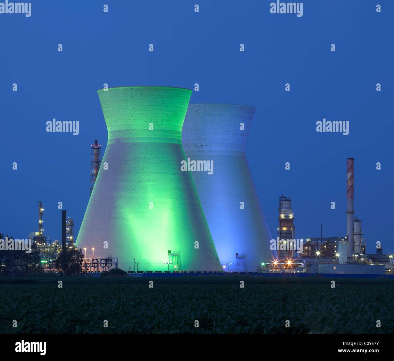 Ein Kohlekraftwerk und blauen Nachthimmel Stockbild