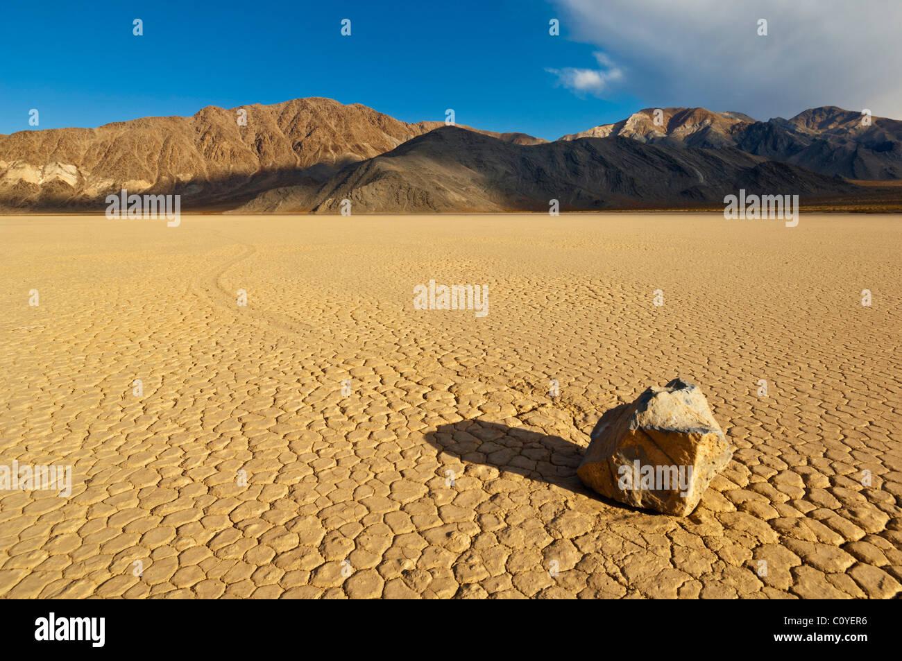 Die Tribüne im Racetrack-Tal, bekannt für seine schlittert Felsen auf dem Racetrack Playa Death Valley Stockbild