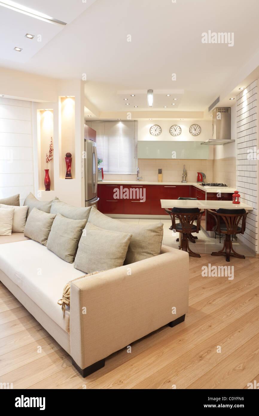 Modernes Design Wohnzimmer und Küche weiß rot-Holz Elemente Stockbild