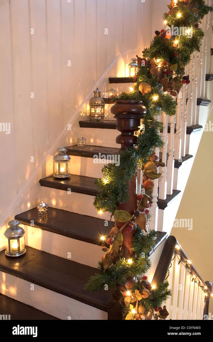 Laternen und Girlanden Weihnachten schmücken eine hölzerne Treppe ...