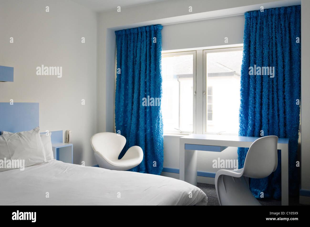 Arne Jacobsen Swan Chair Und Weißen Panton Stuhl Im Schlafzimmer Im