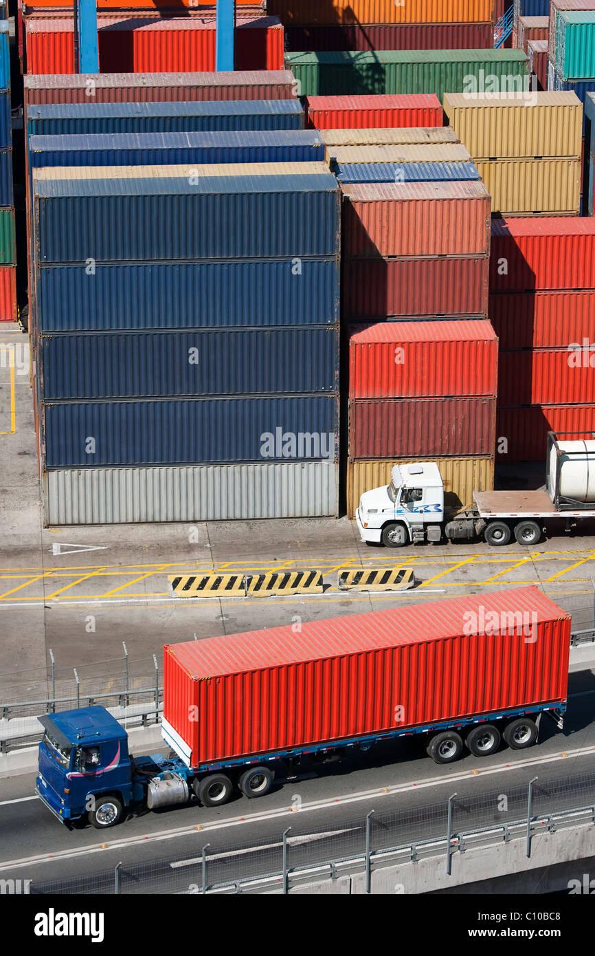 LKW mit einem Container auf der Ladefläche des Hafens Stockbild
