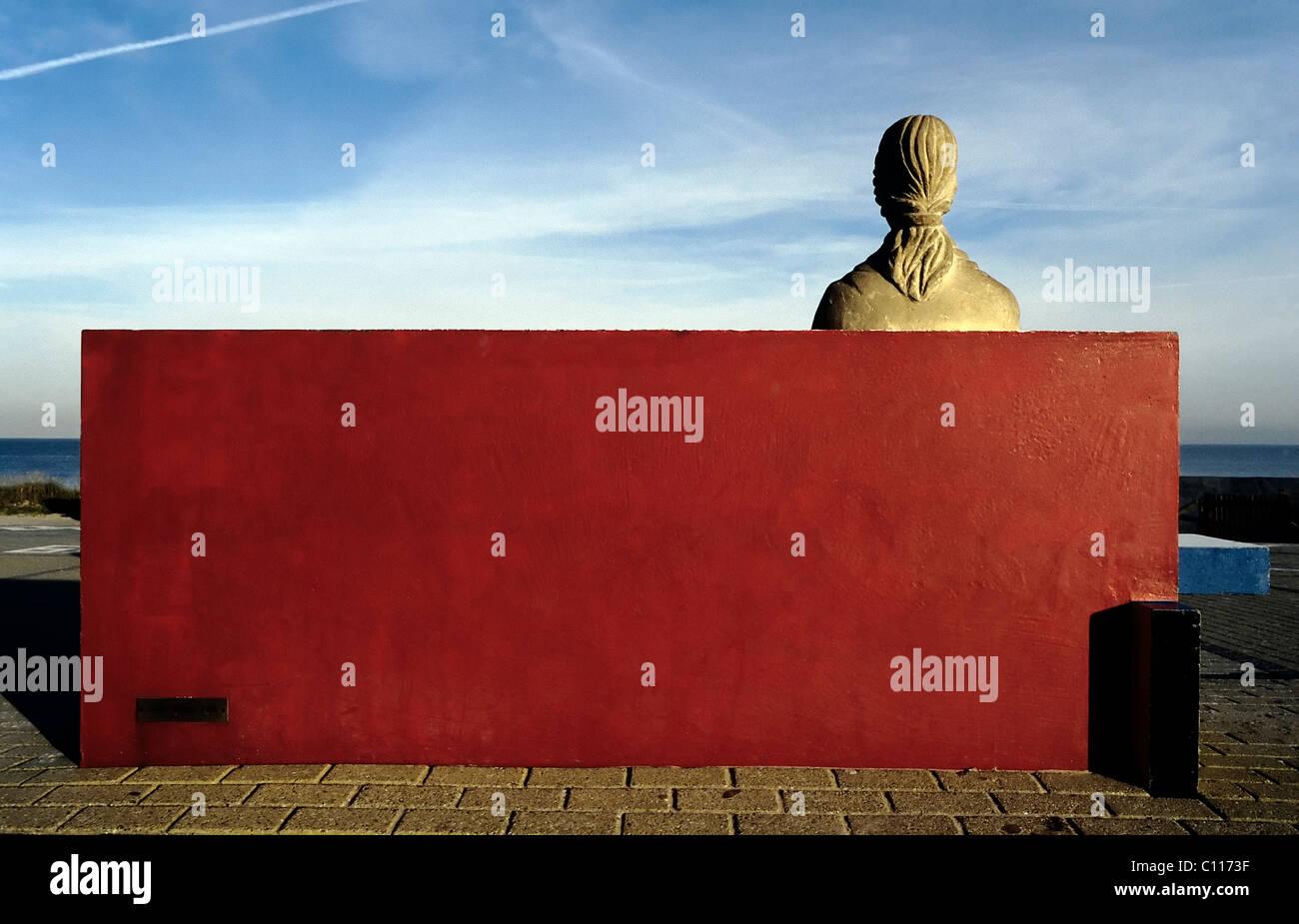 Weibliche Statue Aus Stein Sitzt Auf Einer Steinbank Rot Lackierten,  Rückansicht, Denkmal Für Den Maler Piet Mondrian, Domburg, Walcheren