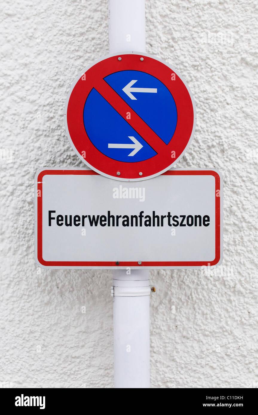 Eingeschränkte Parkmöglichkeiten Zone Zeichen mit zusätzlichen Schild Feuerwehranfahrtszone, erlauben Stockbild
