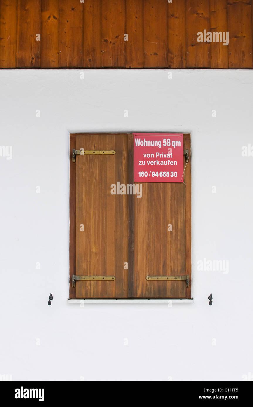 Schild an einem geschlossenen Fenster shutter, Wohnung 58 qm für Verkauf durch Owner, Wohnungsmarkt Stockbild