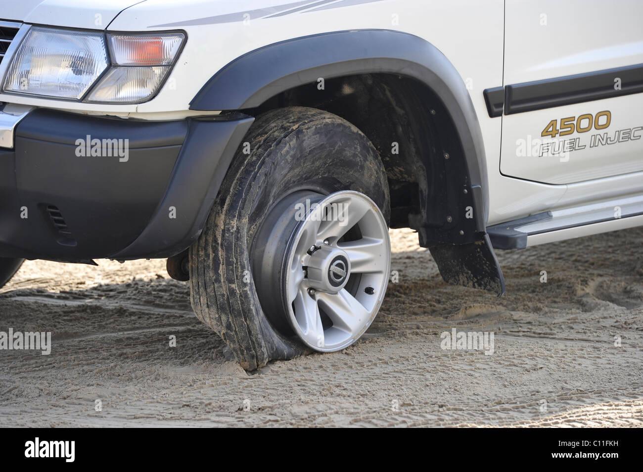 Geplatzten Reifen Von Einem Offroader 4500 Nissan Patrol 4500 Kraftstoffeinspritzung 4 X 4 Sanddunen Emirat Katar Persischen Golf Fahren Stockfotografie Alamy