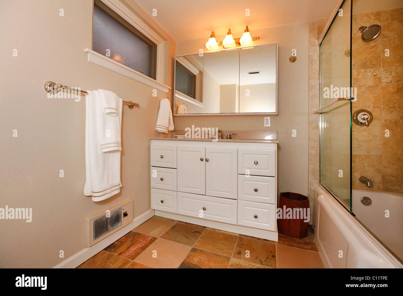 Klassische Beige Badezimmer Mit Weissen Und Holz Schranke Fliesen