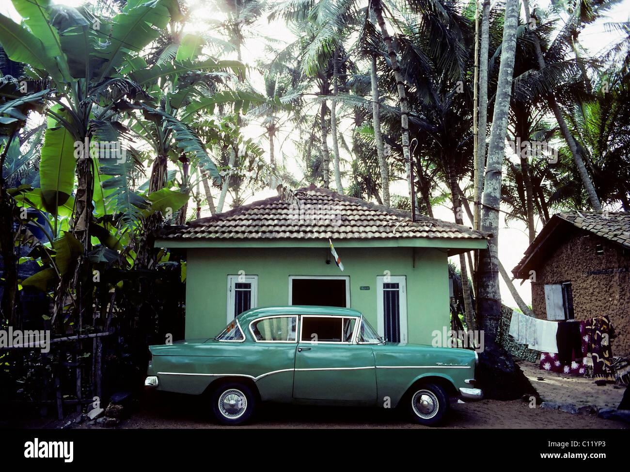 gr ne oldtimer geparkt vor einem kleinen gr nen gemalte haus unter palmen opel rekord sri. Black Bedroom Furniture Sets. Home Design Ideas