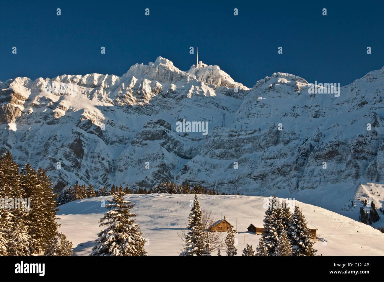 Säntis-Berg mit Bergstation im Winter mit Alp Grosswald, Alpsteingebirge Berge, Kanton von Appenzell Ausserrhoden Stockbild