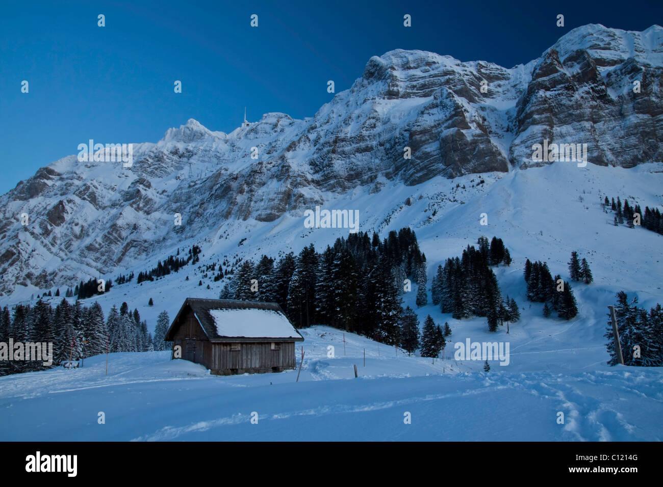 Säntis-Berg mit Bergstation kurz nach Sonnenuntergang, Alpsteingebirge Berge, Kanton Appenzell Ausserrhoden Stockbild